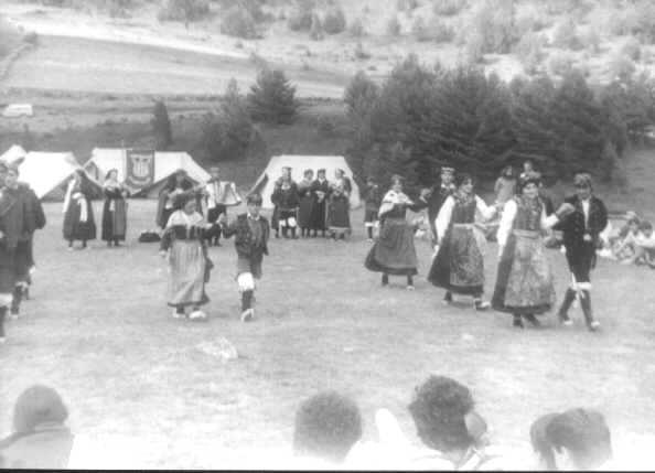 Grupo Folklórico de San Juan de Plan bailando en el Campamento Virgen Blanca. Corro d'es bailes de San Chuan de Plan bailando en o Campamento Birchen Blanga