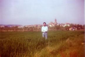 M. Pérez delante de la villa de Adahuesca.
