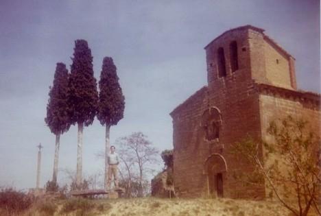 M. Mart�n  con los tres cipreses en la Ermita de Treviño.