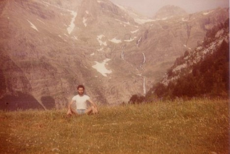 M. Pérez en buena postura, al fondo cascadas de Pineta. M. Pérez bien plantato; enta lo fundo, es Saltos u Churros de Marmurés.