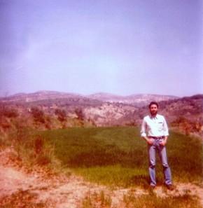 M. Pérez, al fondo la Sierra Sevil y Radiquero.