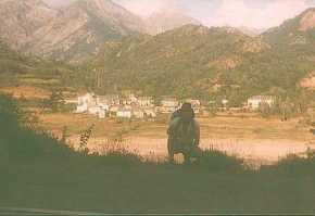 Migalánchel Martín y al fondo el pueblo de El Pueyo de Jaca. Migalánchel Martín y ta ro fundo ro lucar de Lo Pueyo de Chaca
