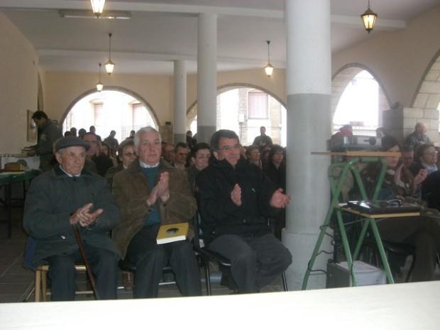 Asistentes y vecinos en la presentación del libro. Asistens y bez�ns en a presentazión d\'o libro