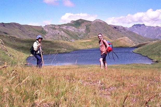 Los Zerrigüeltaires delante del Ibón de la Sierra. Os Zerrigualdaires debán de l´ibón de Ra Siarra.
