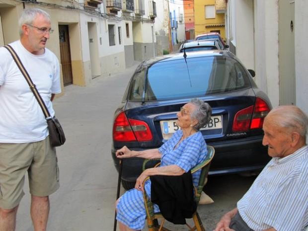 Ángel Trigo Ibáñez charrando con unos vecinos de Maluenda.-  Ángel Trigo Ibáñez capaziando con uns bizins de Maluenda