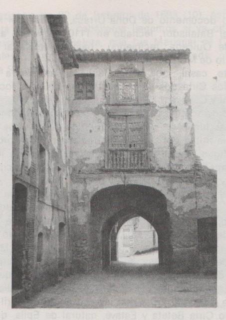 Casa del Arco en el barrio bajo del s. XIV. Foto del libro Maluenda su historia y su arte de Mª Rosa de la Flor Pérez.-