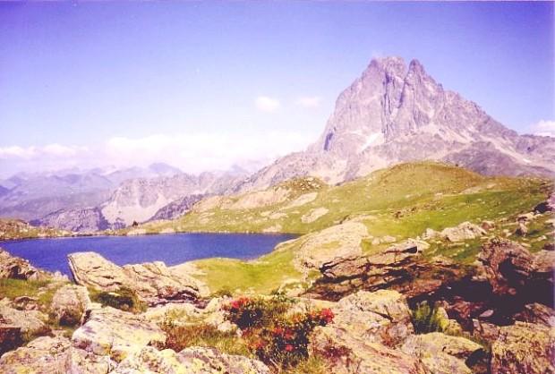 Vista del Ibón de Gentau y a la derecha el Pic Midi d'Ossau. Avista de l´ibón de Gentau y, enta la dreita, lo pic Midi d´Aussau.