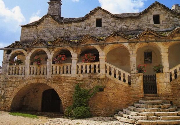 "Postal. Vivienda caussenarde. Casa tradicional denominada aragonesa. Postal. Bibianda caussenarda. Casal tradizional anomenato ""aragonés""."