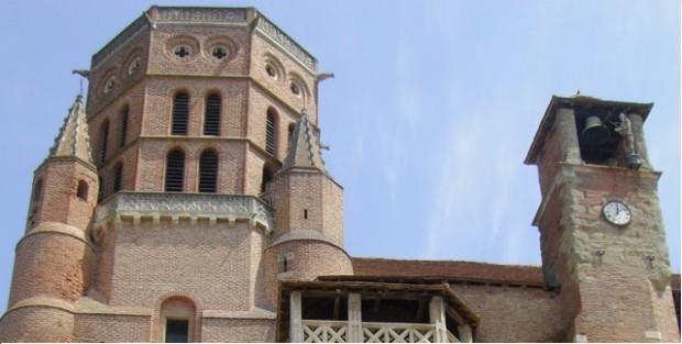 La catedral de Saint-Alain con un señor contratado para tocar las campanas en la torre de la derecha. Los jardines del obispo y al fondo la catedral de Lavaur. Es chardins d´o bispe y, enta lo fundo, la catedral de Lavaur.