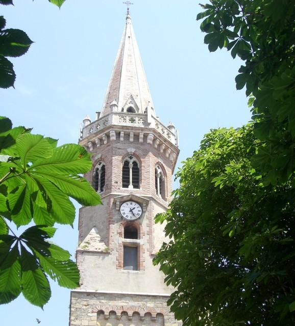 Hojas de árboles, ¡ah! y en medio se ha puesto la torre de la iglesia. Fuellamen d´arbols. Jibo!!, en meyo se´n ye plantificata la tor d´a ilesia.