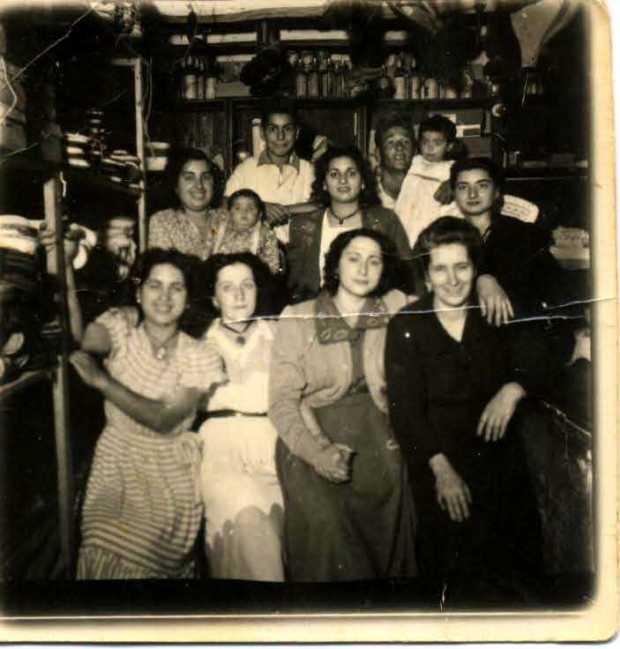 Familia Gil Urbano (Matones y Cucalas o Cucaleras) y Carmen la Cachana en la tienda-estanco (1950). Familla Gil Urbano (Matones y Cucalas u Cucaleras) y Carmen a Cachana en a Botiga-Estanco (1950)