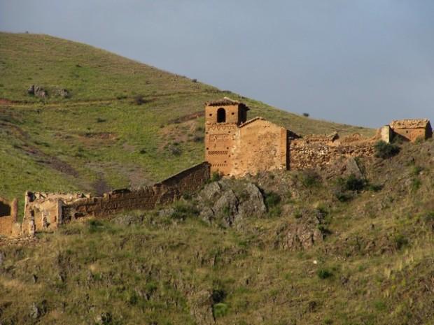 Vista de la iglesia de Santa María de la Huerta de Villanueva de Jalón.- Ambiesta d´a ilesia de de Santa María de l'Ortal de Billanuaba de  Xalón