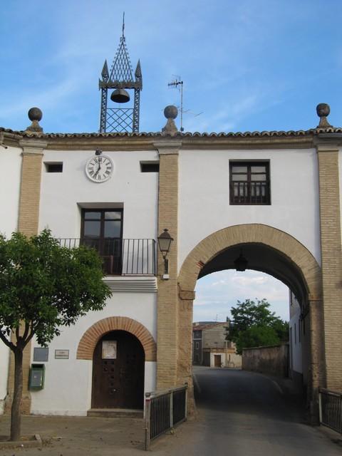 Otra de las puertas de entrada a la plaza de Chodes.- Autra d´as puartas dentraderas en a plaza de Chodes